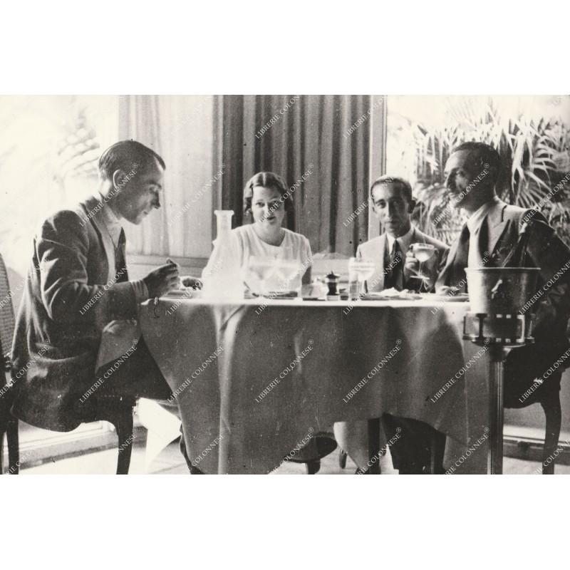 fotografia--eduardo-de-filippo-e-peppino-seduti-a-tavola-1930